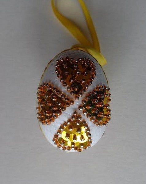 tojás arany szívecskékkel