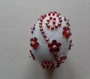tojás piros gyönggyel