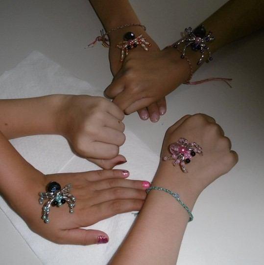 patonai gyöngypókok kezeken